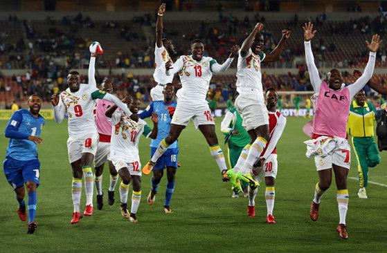 지난해 11월 러시아월드컵 아프리카 3차 예선 남아프리카공화국과의 경기를 마친 뒤, 월드컵 본선 진출 티켓을 따고 기뻐하는 세네갈 축구대표팀 선수들. [로이터=연합뉴스]