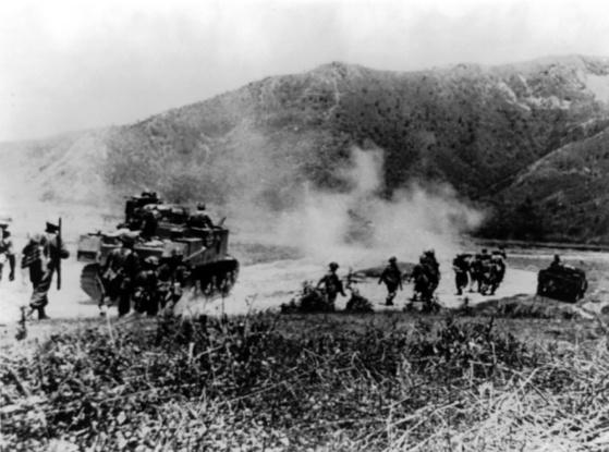 제2차 세계대전 당시인 1944년 인도 동부의 임팔·코히마 지역에서 식민지 군대인 영국인도군 소속 구르카족 부대가 M3 리 전차와 함께 일본군 공격을 위해 전진하고 있다. [중앙포토]