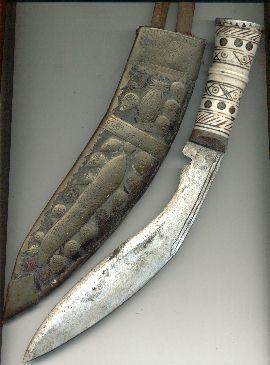 구르카족을 상징하는 전통 단검인 쿠크리. 1,2차 대전 당시 서유럽 전선에 배치된 구르카족 병사들은 야간에 적진에 침투해 쿠크리로 경계 근무를 서다 졸고 있던 독일군과 이탈리아군의 목을 베어온 것으로 유명하다. [위키피디아]