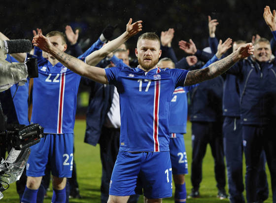 홈팬들과 함께 자국 특유의 바이킹 박수를 선보이는 아이슬란드 축구대표팀 선수들. [AP=연합뉴스]