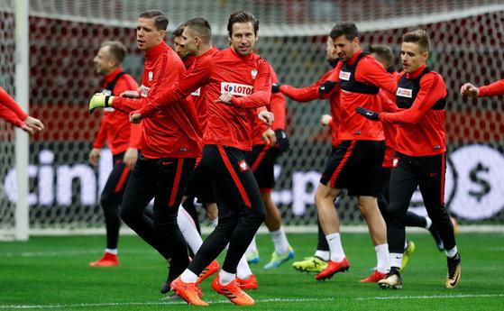 훈련하는 폴란드 축구대표팀. [로이터=연합뉴스]