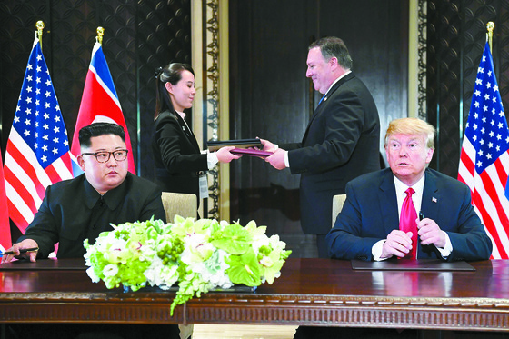 김여정 북한 노동당 제1부부장(왼쪽 둘째)과 마이크 폼페이오 미국 국무장관이 12일(현지시간) 싱가포르 센토사 섬 카펠라 호텔에서 북·미 정상 공동합의문을 교환하고 있다. [싱가포르 AFP=연합뉴스]