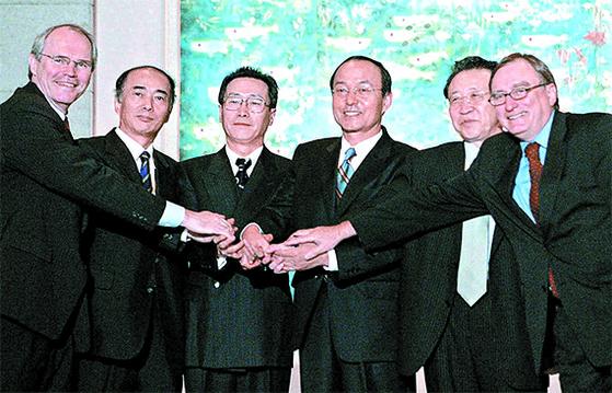2005년 9월 19일 중국 베이징에서 열린 6자회담 수석대표들이 9·19 공동성명을 발표한 뒤 악수를 나누며 웃고 있다. 결과적으로 합의는 깨졌다. 왼쪽부터 크리스토퍼 힐(미국), 사사에 겐이치로(일본), 우다웨이(중국), 송민순(한국), 김계관(북한), 알렉산드르 알렉세예프(러시아) 수석대표. [중앙포토]