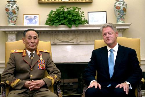 2000년 10월 김정일 특사로 미국을 방문한 조명록 총정지국장(차수)이 빌 클린턴 미국 대통령과 면담하고 있다. 북미는 당시 적대관계 청산을 담은 공동 코뮈니케를 발표했다. [중앙포토]