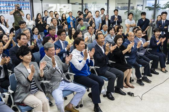 6.13지방선거 출구 조사 결과가 발표되자 최문순 당선인 지지자들이 환호하고 있다. [사진 최문순 후보 캠프]