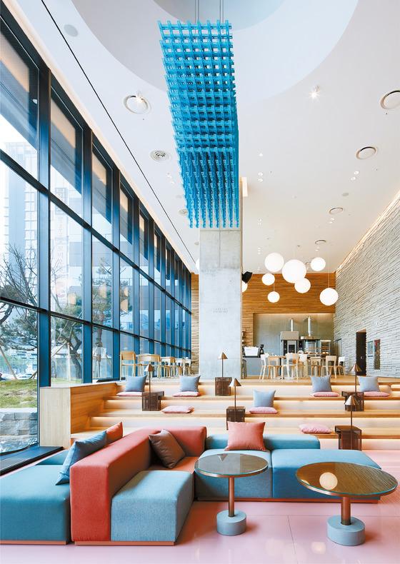 투숙객만을 위한 공간이었던 로비를 개방해 누구나 편안하게 시간을 보낼 수 있도록 구성한 호텔들이 늘고 있다. 사진은 라이즈 호텔 1층 로비에 입점한 '타르틴 베이커리'.