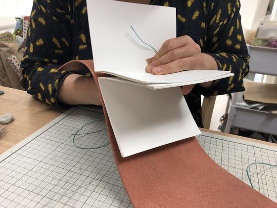 가죽 표지와 내지를 실로 엮는 과정. 빳빳한 가죽과 여러 장의 종이를 한꺼번에 바느질하는 작업이 만만치 않다.