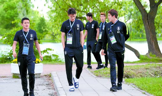 홍철(왼쪽), 오반석(가운데) 등 축구 대표선수들이 13일 러시아 상트페테르부르크의 숙소 인근 호수공원을 산책하고 있다. [연합뉴스]