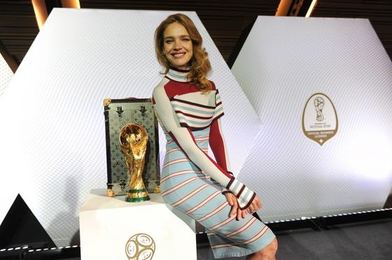 2018 러시아 월트컵 개막식에서 공개되는 '루이비통 2018 월드컵 트로피 케이스'와 러시아 출신의 슈퍼모델 나탈리아 보디아노바. 사진 루이비통