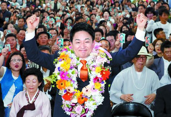 제주도지사 당선이 확정된 원희룡 무소속 후보가 13일 오후 두 손을 들고 기뻐하고 있다. [뉴스1]