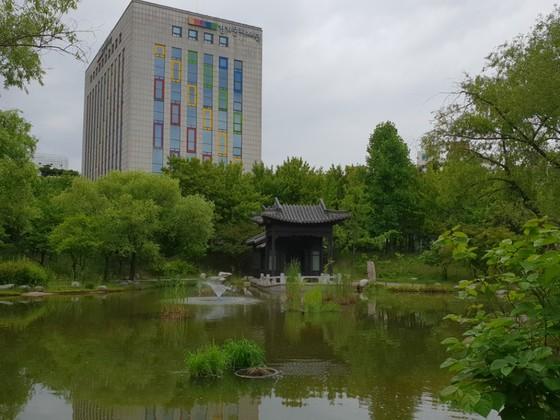 경기도와 중국 광둥성의 우호협약에 따라 수원시 효원공원에 마련된 중국식 전통공원 월화원. 최모란 기자