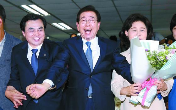 박원순 더불어민주당 서울시장 후보(가운데)가 13일 당선이 확정되자 부인 강난희씨(오른쪽)와 기뻐하고 있다. 왼쪽은 안규백 민주당 의원. [장진영 기자]