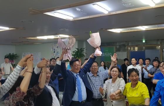국회의원 천안갑 이규희 당선인이 지지자들에게 꽃다발을 받아든 뒤 화답하고 있다. [사진 이규희 캠프]
