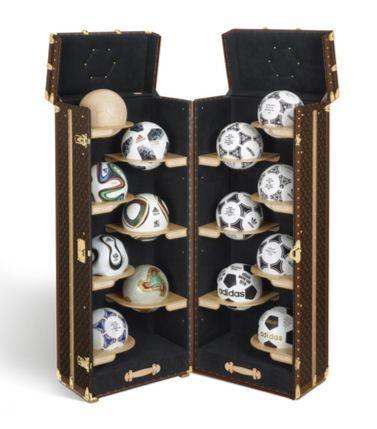 루이비통과 FIFA 및 아디다스와 함께 제작한 한정판 FIFA 월드컵 공인구 컬렉션 트렁크. 사진 루이비통
