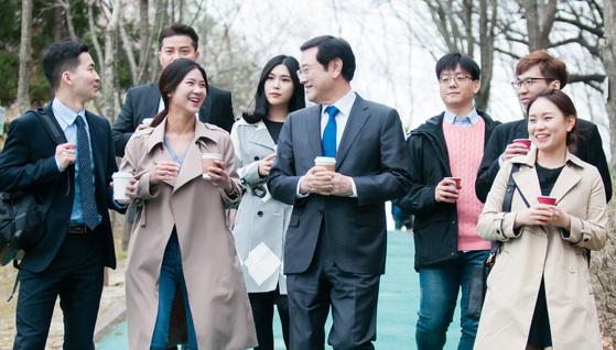 이용섭 광주광역시장 당선인이 지난달 11일 지역 청년들과 일자리 정책에 관해 대화를 나누고 있다. [연합뉴스]