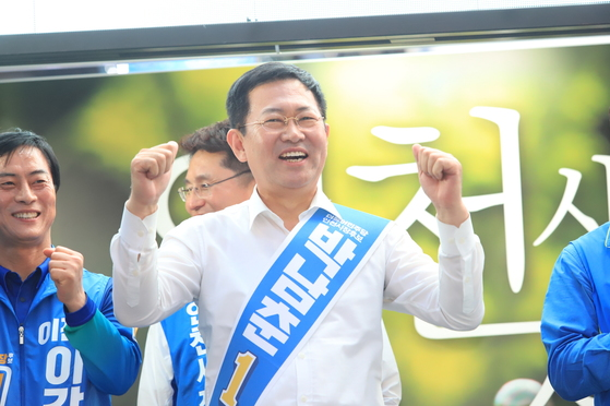 박남춘 인천시장 후보가 유세 중 두 손을 불끈 쥐어 보이며 웃고 있다. [사진 박남춘 후보 캠프]