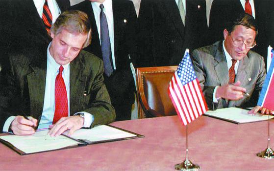 1994년 제네바 핵 합의 당시 서명 장면. [중앙포토]