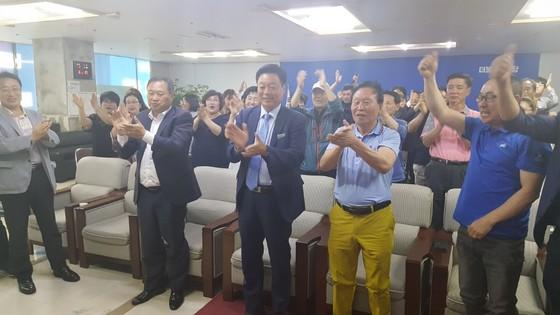 국회의원 천안갑 이규희 당선인(가운데)이 선거사무소에서 출구조사 결과를 지켜본 뒤 지지자들과 환호하고 있다. [사진 이규희 선거캠프]