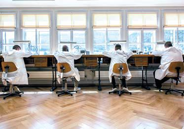 몽블랑은 빌르레 매뉴팩처에서 혁신적인 첨단 기술을 결합해 스위스 파인 워치 메이킹의 유산을 발전 시키고 있다. 사진은 빌르레의 워치 메이커. [사진 몽블랑]