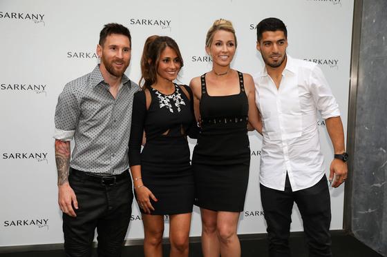 지난달 바르셀로나의 구두매장 '사르카니' 개업 1주년 행사를 연 (왼쪽부터) 리오넬 메시& 안토넬라 로쿠조 부부와 소피아 발비&수아레스 부부.