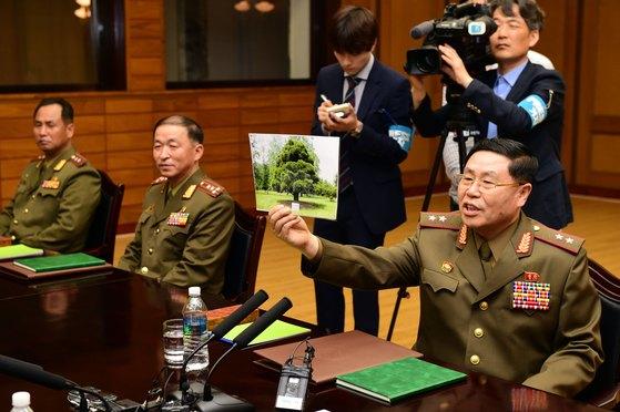 안익산 북측 수석대표가 2007년 노무현 전 대통령이 평양에 심은 소나무 사진을 보여주고 있다. [뉴스1]