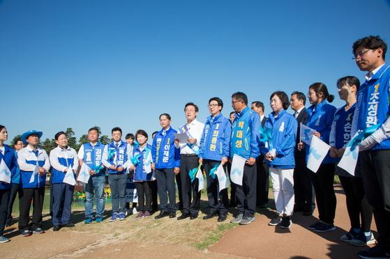 이재명 경기지사 당선인(왼쪽 일곱째)이 12일 파주 임진각에서 '평화선언'을 발표하고 있다. [뉴시스]