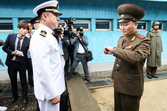 남북 장성급회담이 열린 14일 판문점에서 남·북 군사 관계자들이 대기하고 있다. [사진공동취재단]