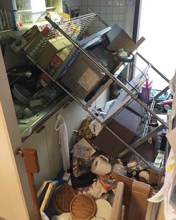 오사카 지역 강진으로 한 주택의 부엌에서 살림살이 가 쏟아져 내렸다. [교도=연합뉴스]