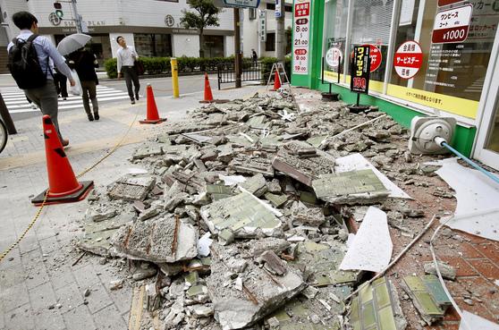 오사카 강진으로 이바라키 지역에 부서진 건물 잔해가 흩어져 있다. [교도=연합뉴스]