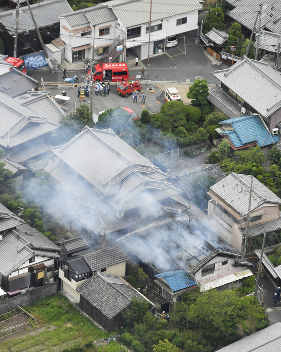 강진이 발생한 오사카 타카쓰키 지역의 한 주택가에서 연기가 피어오르고 있다.[교도=연합뉴스]