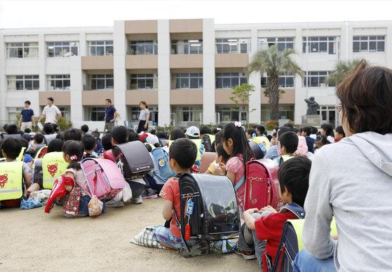 오사카 지역 강진으로 이케다 지역 초등학교 학생들이 운동장으로 대피해 있다. [교도=연합뉴스]