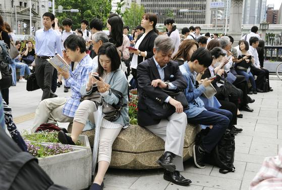 오사카지역의 강진으로 열차 운행이 중단된 가운데 시민들이 열차 운행 재개를 기다리고 있다. [교도=연합뉴스]