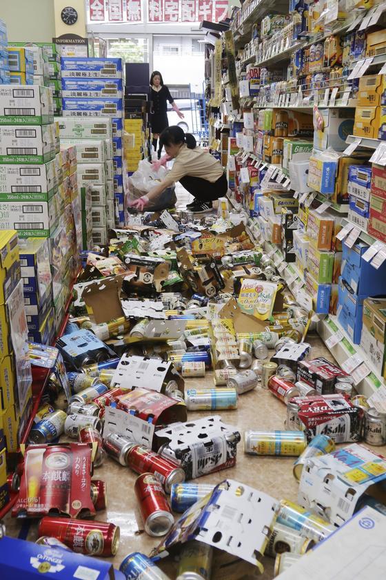 오사카 지역 강진으로 히라카타 한 편의점에 진열대에서 떨어진 상품이 흩어져 있다. [교도=연합뉴스]