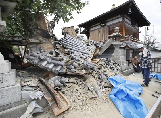 일본 오사카 지역 강진으로 이바라키시의 묘토쿠지 신사의 문이 부서졌다.[교도=연합뉴스]