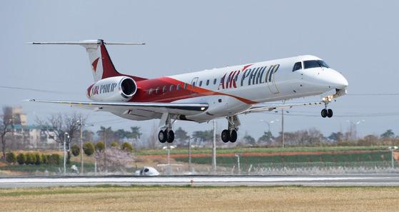 오는 30일부터 광주공항과 김포공항을 하루 6회씩 운항하는 에어필립의 소형 항공기가 활주로를 이륙하고 있다. [사진 에어필립]