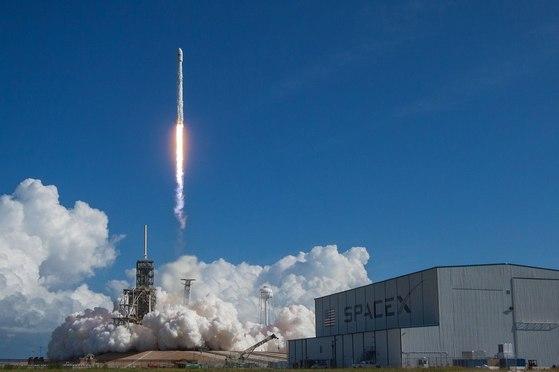 지난해 9월 7일(현지시간) 미국 플로리다주 나사(NASA) 케네디 우주센테어세 X-37을 실은 로켓이 발사됐다. X-37은 아직도 우주에서 임무를 수행하고 있다. [사진 미 공군]