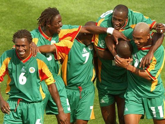 2002년 한·일 월드컵 당시 세네갈 주장으로 경기에 출전한 모습. 맨 왼쪽이 시세 감독이다. [중앙포토]