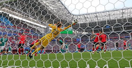 한국의 조현우 골키퍼가 27일(현지시간) 러시아 카잔아레나에서 열린 2018 러시아 월드컵 F조 조별리그 3차전에서 독일 공격수의 슈팅을 막아내고 있다. [연합뉴스]