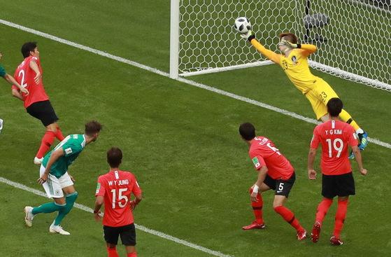 27일(현지시간) 러시아 카잔아레나에서 열린 2018 러시아 월드컵 F조 조별리그 3차전 한국과 독일 경기에서 대한민국의 골키퍼 조현우가 독일 베르너의 헤딩 슛을 막아내고 있다.[연합뉴스]