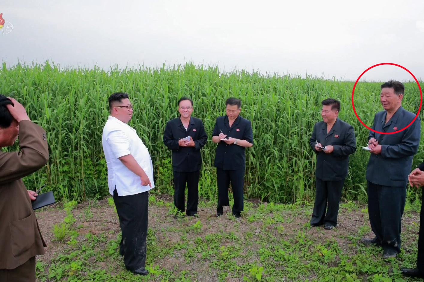 지난해 군 총정치국장에서 물러난 황병서(붉은 원)가 김정은 위원장을 수행하고 있다. 이날 북한 매체들은 관련 보도에서 황병서를 '노동당 중앙위원회 간부'로 호명했다.[연합뉴스]
