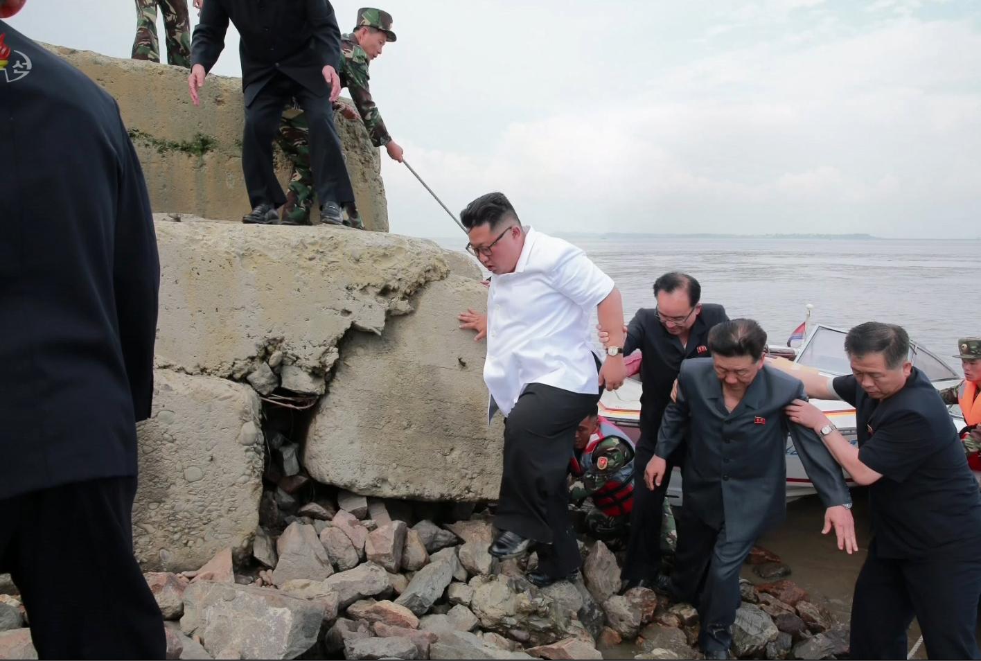 김정은 북한 국무위원장이 비단섬을 방문하기 위해 작은 모터보트에서 내리고 있다.[연합뉴스]