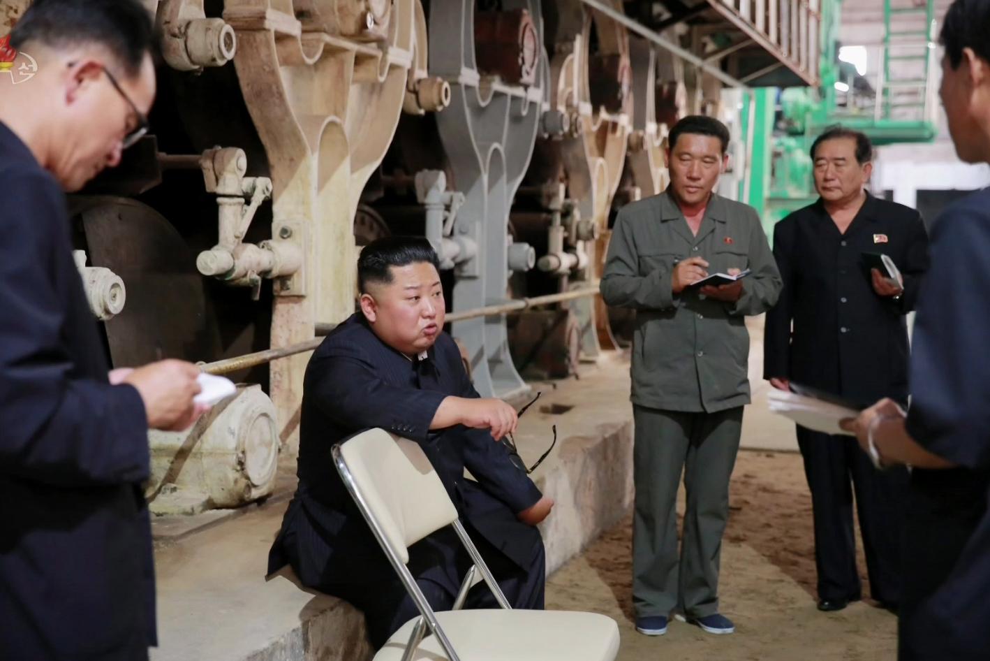 김정은 위원장이 안경까지 벗어가며 질책하고 있다. [조선중앙TV=연합뉴스]