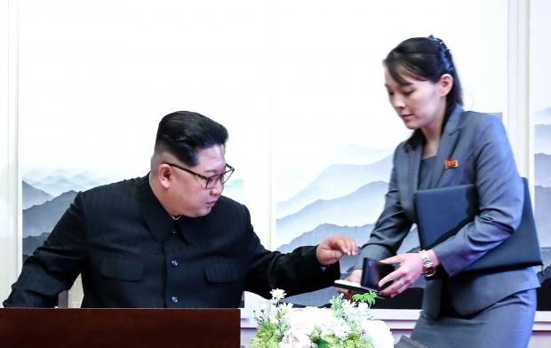 2018 남북정상회담이 열린 지난 4월 27일 오전 판문점 평화의 집에서 김정은 국무위원장이 방명록을 작성하기 위해 김여정 부부장이 준비해온 펜을 집고 있다. 김상선 기자