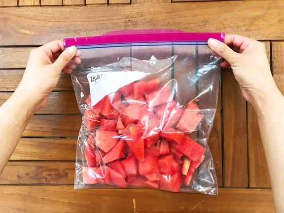 자투리 수박은 냉동실에 넣어 얼렸다가 믹서기로 갈아 수박쥬스를 해 먹으면 좋다.