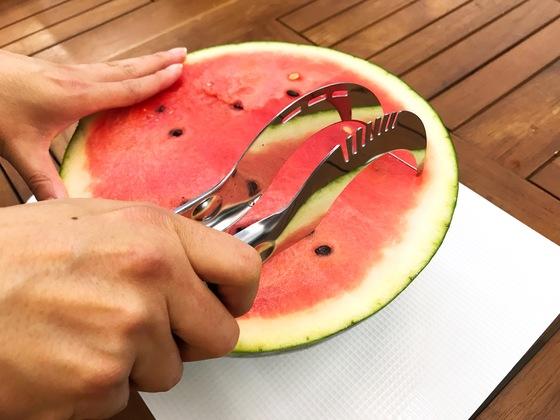 수박 자르기용 도구 '수박 슬라이서'. 수박 속과 껍질을 분리하는 원리다.