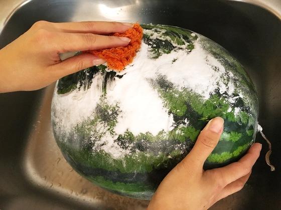 베이킹소다를 수세미나 스펀지로 살살 비벼준다. 만능세제인 베이킹소다는 과일이나 채소 겉표면에 붙은 농약 잔여물이나 이물질을 닦아내는 데 탁월한 효과가 있다.