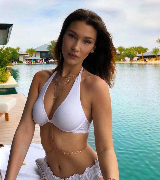 흰색 홀터넥 수영복을 입은 모델 벨라 하디드. [사진 벨라 하디드 인스타그램]