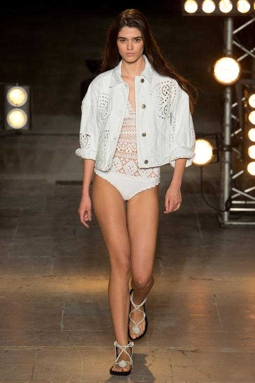 아일렛 장식을 더한 흰색 수영복에 재킷을 매치한 이자벨 마랑의 2018 SS 컬렉션. [사진 이자벨 마랑]