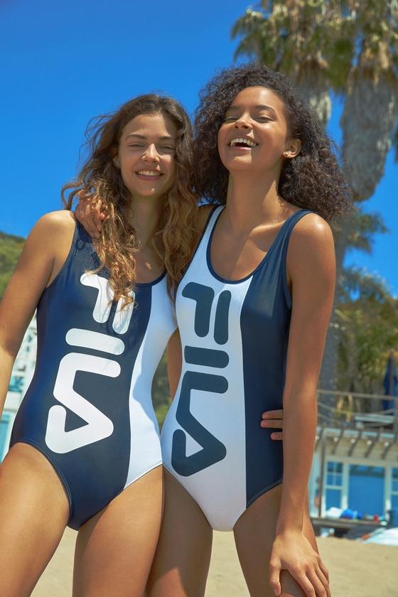 간결한 디자인의 원피스 수영복에 브랜드 로고를 크게 넣은 휠라의 수영복. [사진 휠라]