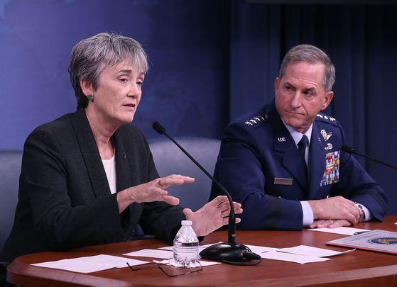 작년 미하원군사위원회(HASC)의 '우주특공대' 창설 추진에 대해 부정적 의견을 나타낸 헤더 윌슨(Heather Wilson) 미 공군 대변인(왼쪽). 당시 그는 우주군 창설이 군내 조직의 비효율 문제를 낳을 것이라 지적했다. 사진은 11월 9일 펜타곤에서 헤더 윌슨이 미 공군참모총장 데이비드 골드파인과 펜타곤에서 기자회견을 갖는 장면. [AFP=연합뉴스]